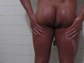Cuerpo impresionante cuerpo toma una ducha y corridas