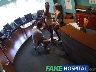Fakehospital enfermera se une a los médicos trío por primera vez