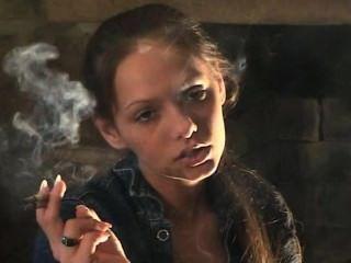 Lynn que fuma 2 @ una vez y cigarro (tls)