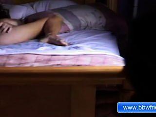 Chica de ébano sola masturbación en la cama ther