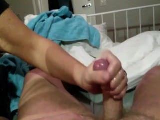 Dama madura sacudiendo a su amante