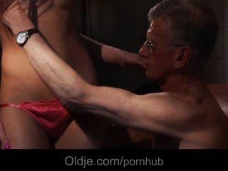 Oldman bonks el culo de una chica de limpieza jóvenes slutty