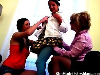 Vieja profesora sólo necesita algunas caricias de estas chicas adolescentes dulce