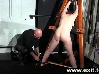 Tina atrapada y castigada en una mazmorra