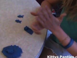 Lindo gatito adolescente jugando con playdough