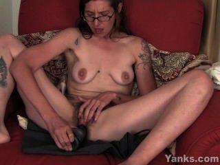 Sylvie tatuada toying su arrebato peludo