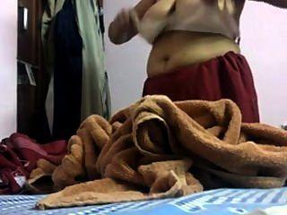 Desi delhi mamá cambiando vestido hiddencam