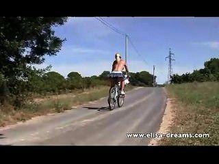 Desnudo en público y sucio en bicicleta