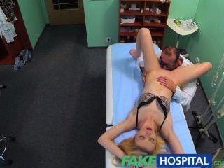 Fakehospital doctores masaje oral le da a su rubia flaca su primer orgasmo en y