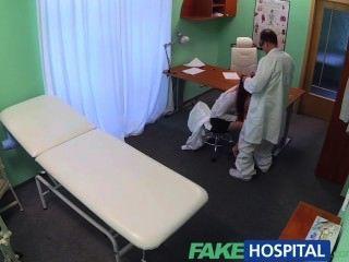 Fakehospital sexy graduado se lame y follada en el escritorio de médicos para un trabajo