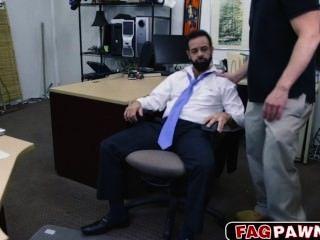 Chico con barba follada en el culo por algo de dinero