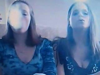 Monica y amigo haciendo trucos de humo