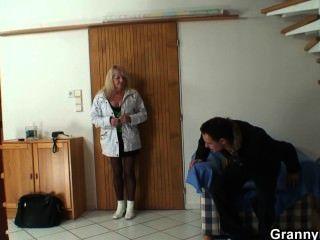 Vieja abuela es recogido para una buena puta
