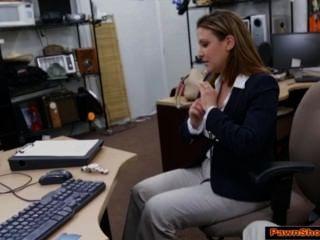 Mujer de negocios busty chupa fuera dueño de la casa de empeño para un boleto