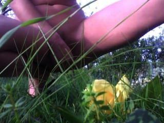 Yo con vibrador en el jardín