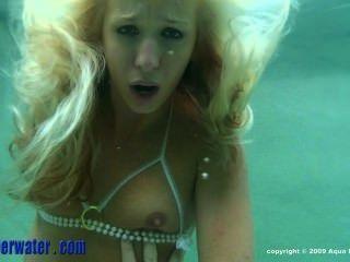 Adolescente se folla bajo el agua
