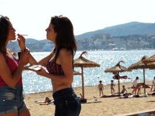 Dos chicas españolas fumando