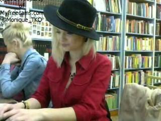 Ce fac romancele en la biblioteca 2