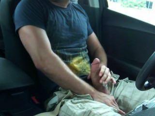Hunk sacude en su coche en público