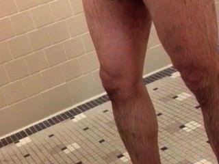 Caliente marrón gallo en el gimnasio duchas
