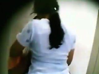 Desi mallu esposa besando por su amigo en bathroom.mp4