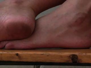 Chica de pies descalzos