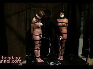 Tortura orgasmo mientras está parado en el charco de jugos coño
