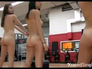 4 muchachas que trabajan hacia fuera chupar en un dick.