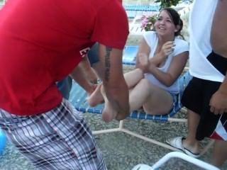 Chica caliente obtener los zapatos y los calcetines eliminados y arrojados en la piscina