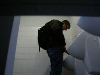 Chico atrapado orinando en la universidad