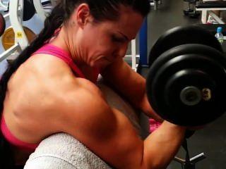 Entrenamiento de las muchachas del músculo en gimnasia