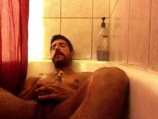 Orinando en la ducha y sacudiéndose.