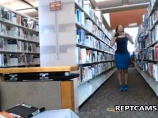 Sexy morena se masturba en la biblioteca