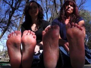 Mamá y su hija muestran pies