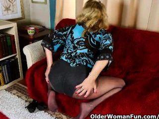 Abuelita de oficina en pantimedias le da a su viejo coño un regalo