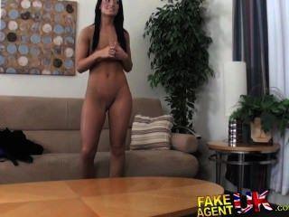 Fakeagentuk enano cons sexy bronceado aficionado morena en tener sexo