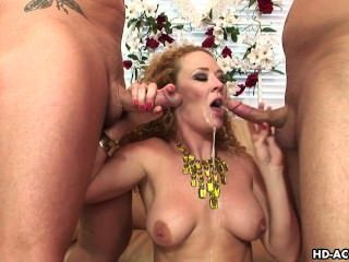 Busty chick fucks con dos tipos