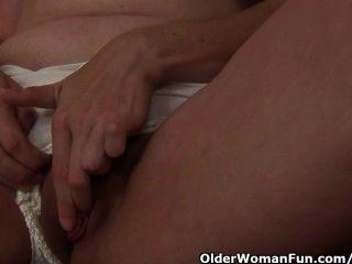 Milf curvy toma una rotura de la masturbación del trabajo de casa