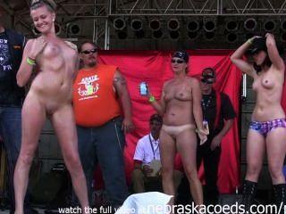 Las muchachas con los tits pequeños deportivos que van salvaje que desnudan en húmedo aficionado