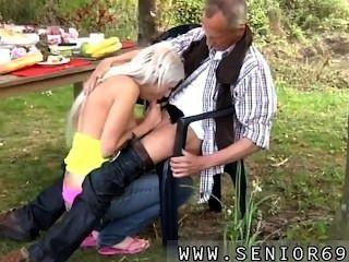 Paul está disfrutando de su desayuno en el jardín con su nueva novia.