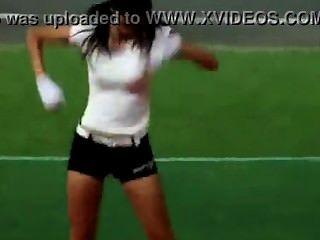 Bailarina atractiva coreana caliente de las porristas