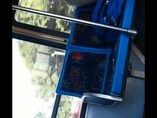 Disparando su carga en el autobús de la ciudad