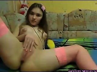 Adolescente perfecto frota su coño y los dedos de su culo