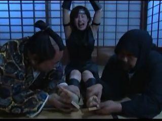 Pies japoneses cosquilleando