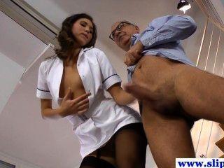 Hermosa niña enfermera de largas patas en medias clavadas