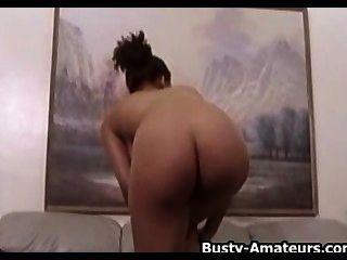 Busty amateur gia striptease y jugando su coño