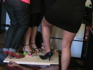 Mujeres italianas pisoteando en tacones altos