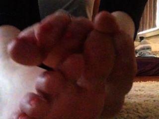 El negro de tammi frota sus pies y chupa en sus dedos del pie