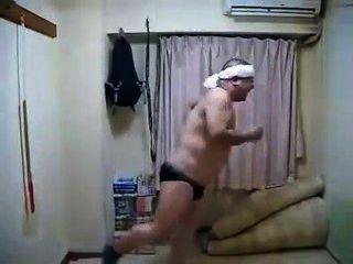 Erótico córneo japonés masculino bailando