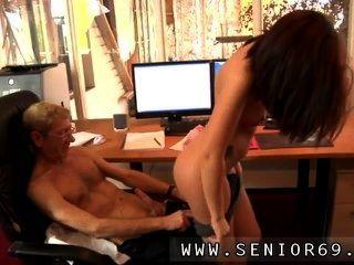 Anna tiene un trabajo de limpieza en una empresa local y ella está muy contenta con ella.